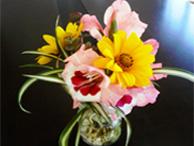 テーブルには季節のお花を飾っています。